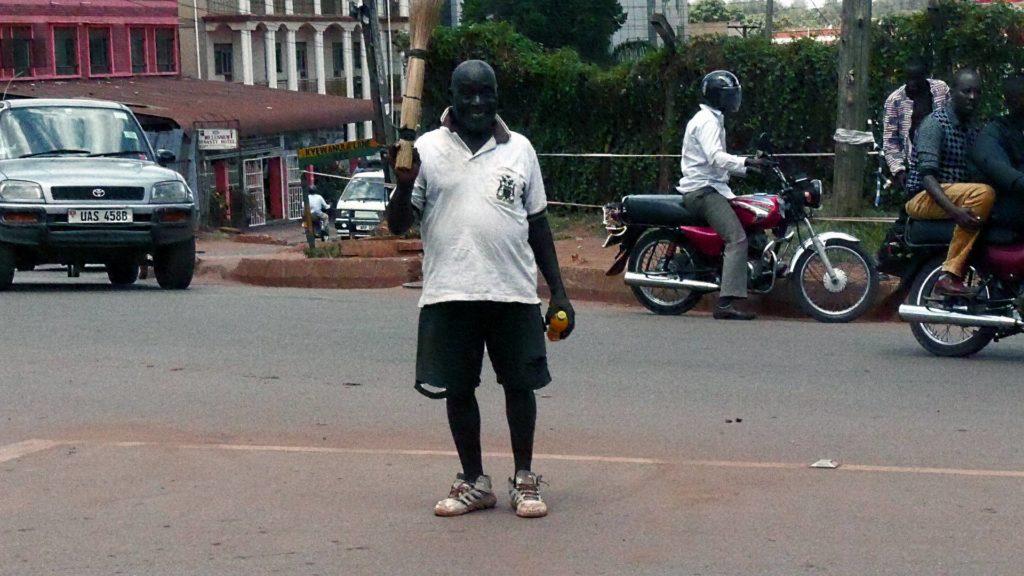 joseph-gluecklich-bei-der-arbeit-uganda-ugandaleaks