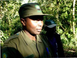 Das ist Onesmas, der Ranger, der und zu den Gorillas führt